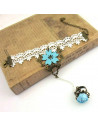 Bratara cu inel din dantela alba, cu floare bleu si trandafir