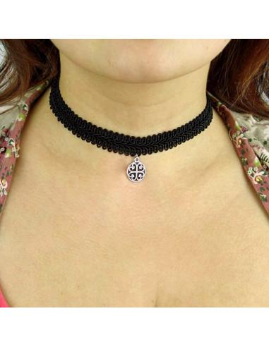 Colier choker din dantela ingusta, cu medalion floral rotund