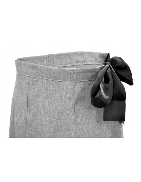 Fusta office scurta, din stofa subtire gri, parte peste parte, cu funda neagra din satin