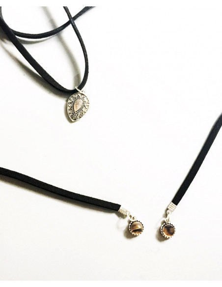 Colier choker lung, infasurat pe gat, cu medalioane opalescente