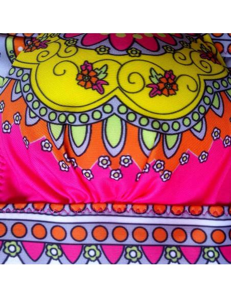 Costum de baie doua piese roz cu imprimeu multicolor si inele aurii