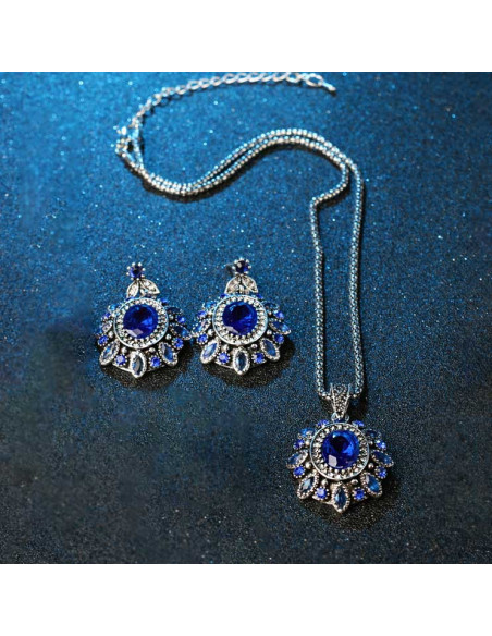 Set vintage cu cristale albe si albastre, flori ovale cu petale mici