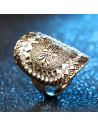 Inel auriu vintage, lat, cu cristale albe si floare, bordura geometrica