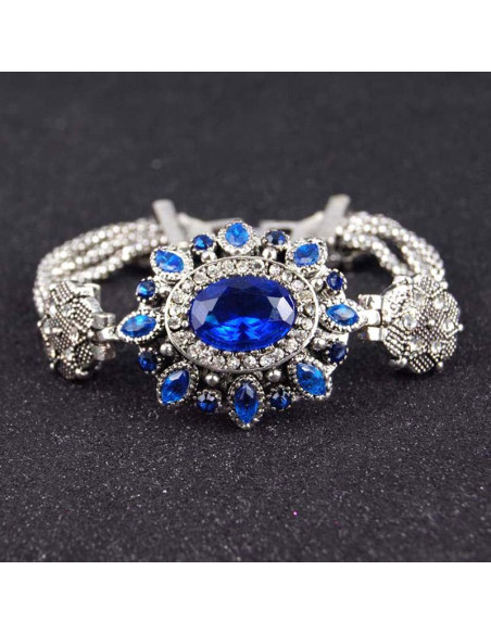 Bratara vintage argintie cu medalion mare oval, cristale albastre si stelute