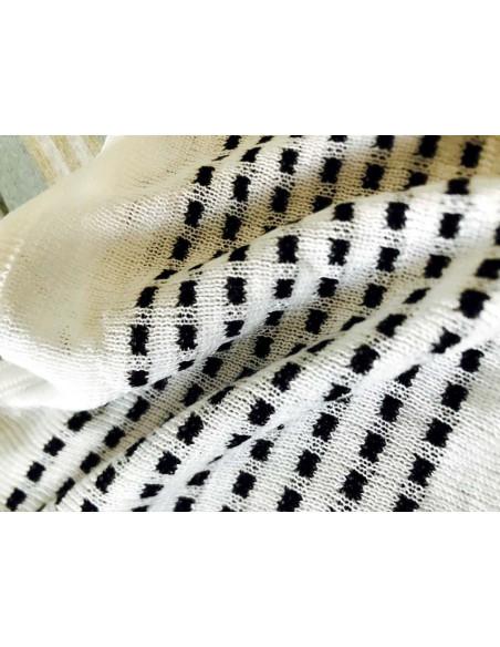 Poncho alb-negru tricotat, subtire, cu franjuri