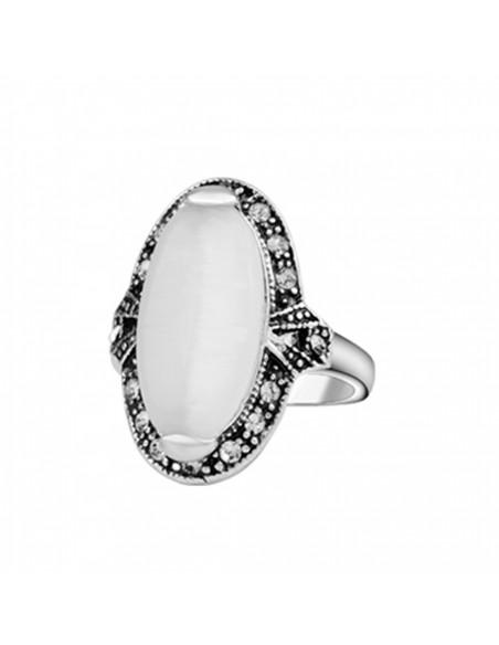 Inel vintage cu cristal alb mat lung pe deget si rama cu cristale