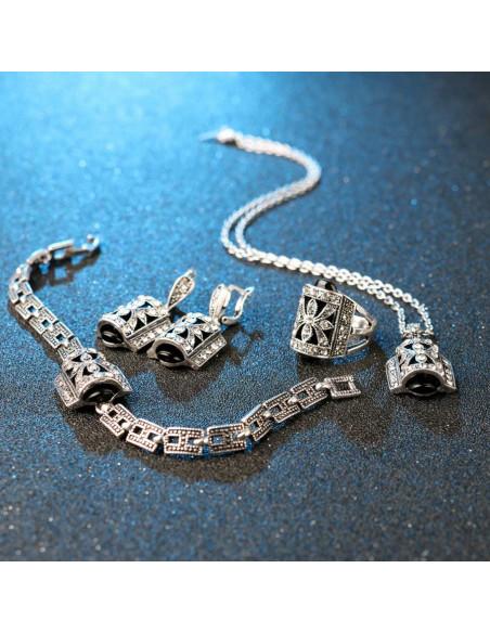 Bratara vintage cu medalion colorat si fluture cu cristale albe pe suprafata