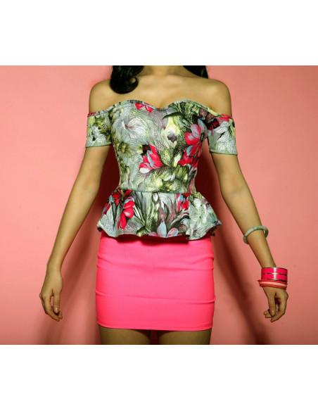 Rochie scurta mulata, cu fusta roz, top imprimat si volan