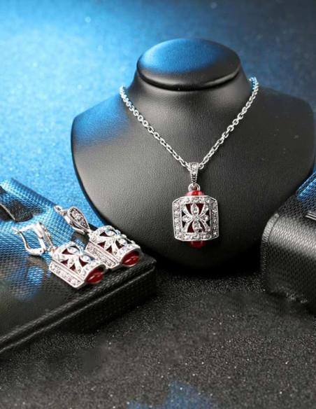 Set colier si cercei vintage cu medalion colorat si fluture cu cristale albe pe suprafata