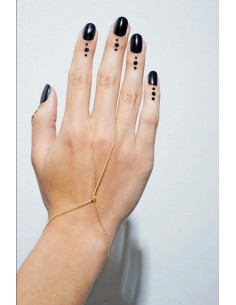 Bratara cu inel minimal, lantisoare subtiri innodate pe incheietura