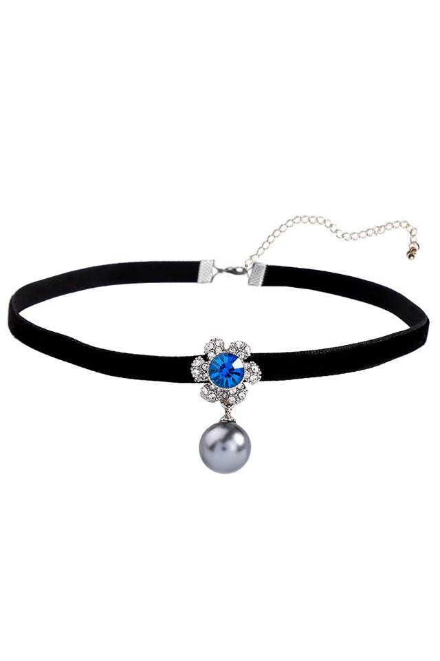 Colier choker din catifea ingusta si floare cu cristale si perla gri