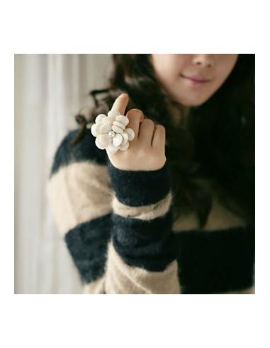 Inel cu floare mare, cu petale independente si perla in centru, inel ajustabil