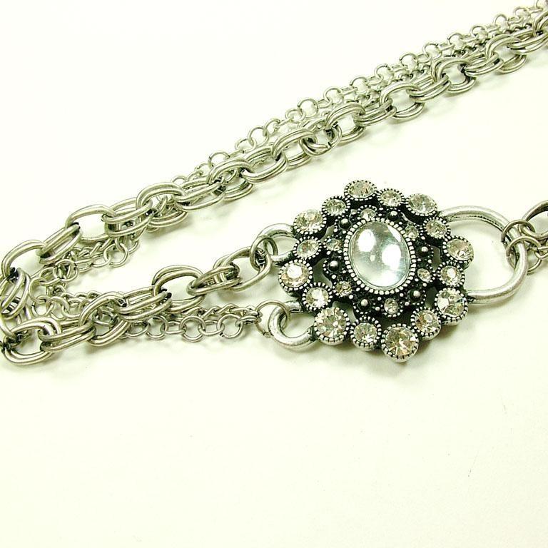 Medalion deosebit, model inflorat cu cristale argintii laterale si perla in centru, prevazut cu lant dublu, argintiu