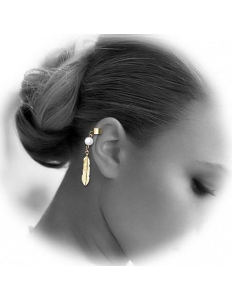 Cercel tip ear cuff, model cu pana scurta si perla alba, prindere pe ureche