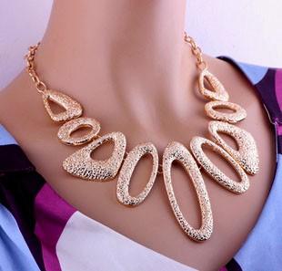 Colier statement auriu cu figuri geometrice ovale