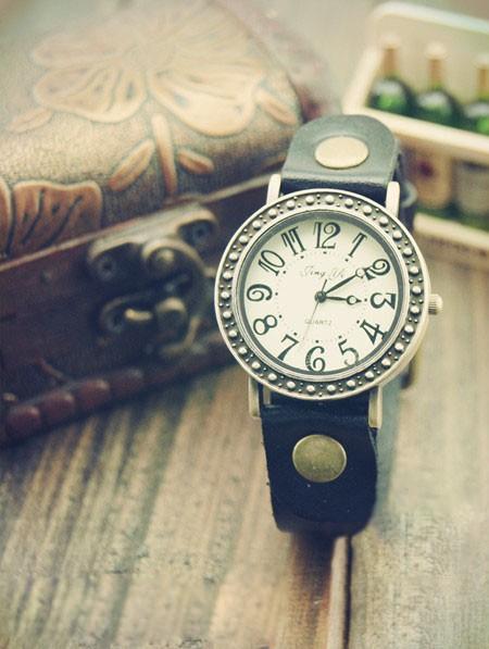 Ceas vintage, model cu cadran rotund, curea lata neagra cu capse