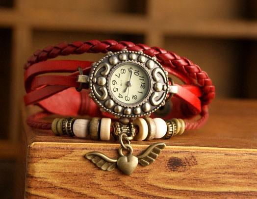 Ceas vintage, ceas unicat, ceas curea din piele, cadran oval inflorat si lucky charm inima cu aripi