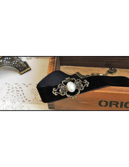 Colier choker din catifea neagra, cu medalion vintage floral si perla
