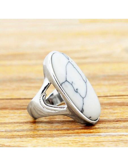 Inel lung argintiu, model vintage cu piatra howlit alba